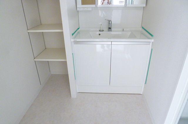 白を基調とした明るい洗面所