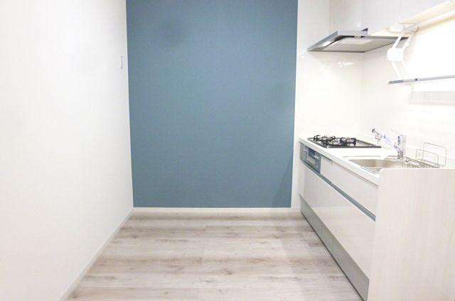 キッチンの後ろに棚を置いても広々