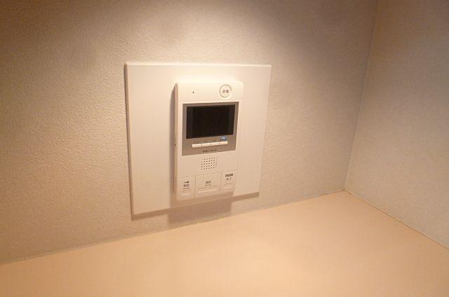 キッチン横にモニター付きインターフォンがございます。
