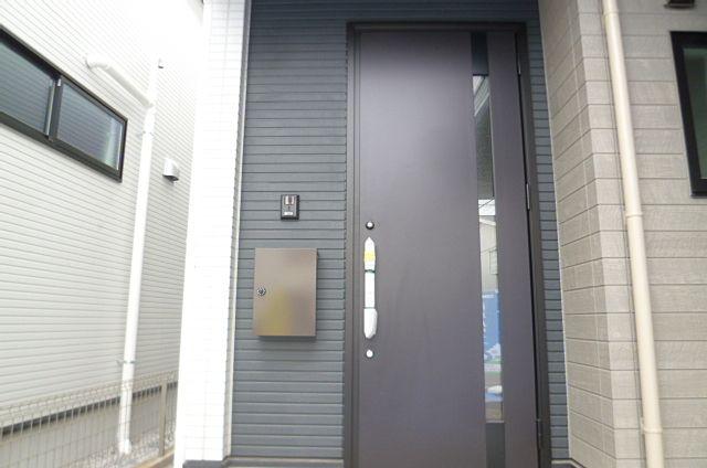 スッキリとした玄関扉、郵便受け