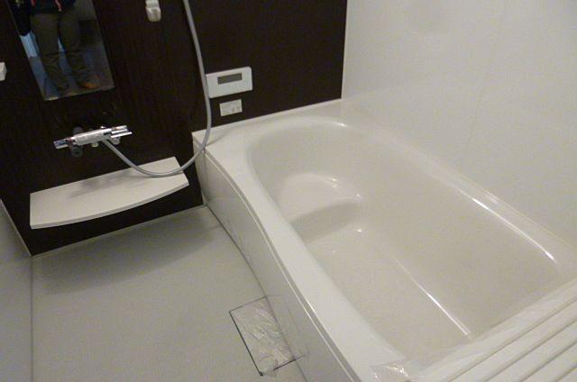 しっかり足が伸ばせるタイプのお風呂です!