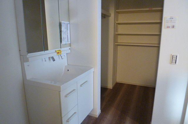 洗面台の奥にはリネン庫もあります。