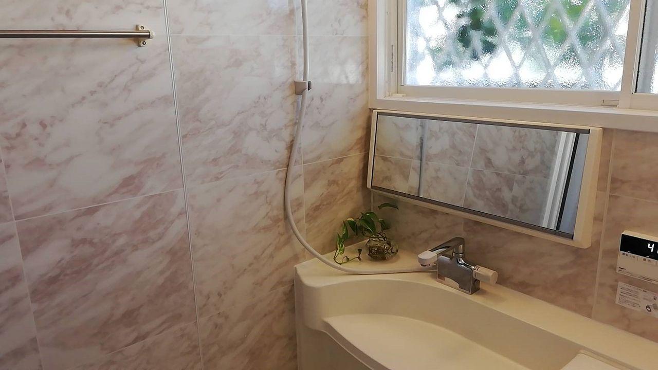 明るい浴室です!追い炊き機能付き。