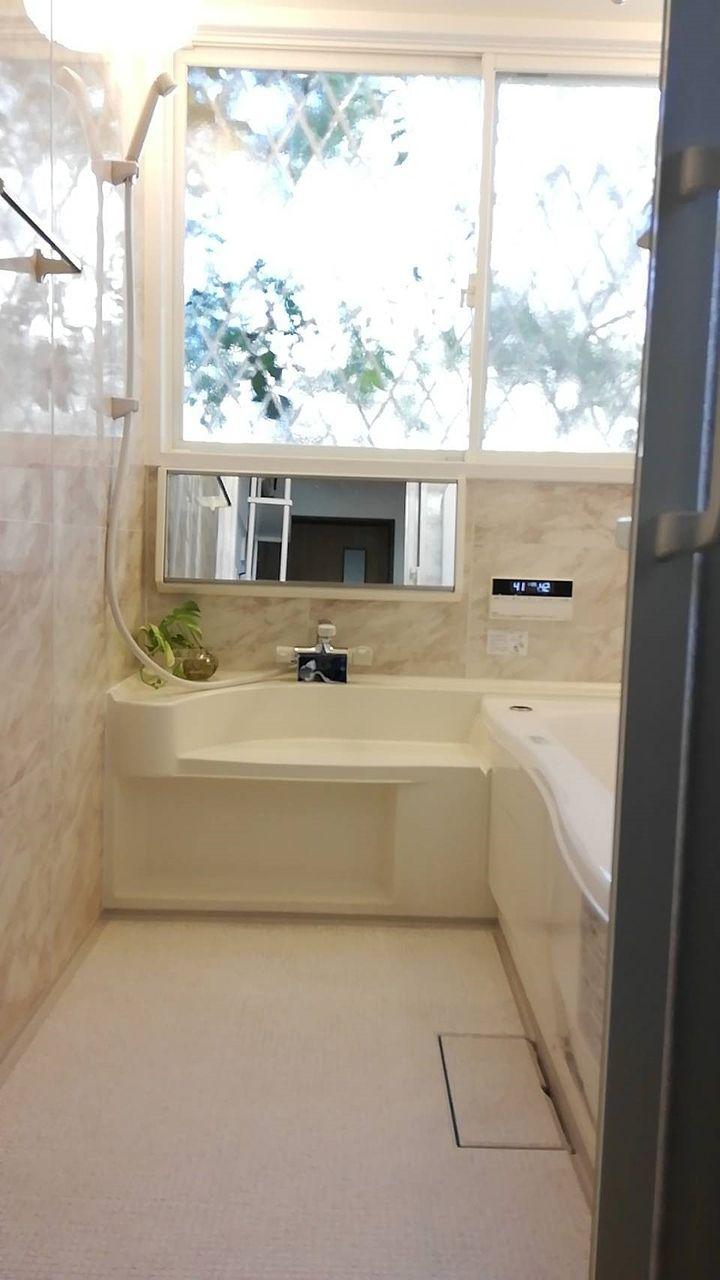 大きな窓があり、とっても明るい浴室