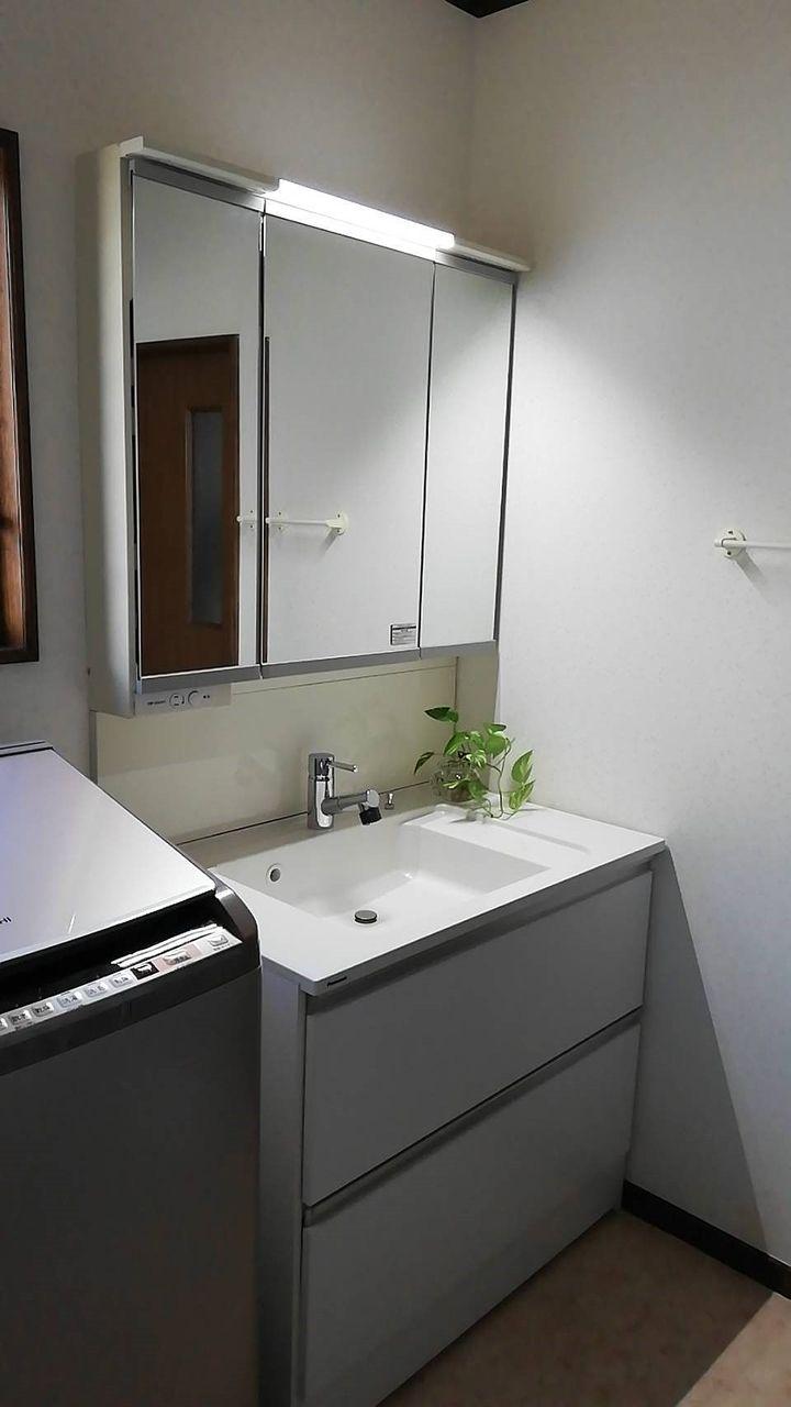 収納たっぷりの洗面台です