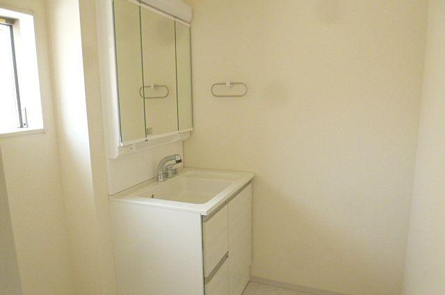 シャワー付き、三面鏡で朝の用意も楽々♪