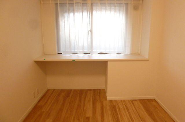 作り付けのデスクは家具購入の必要がなく、経済的です。