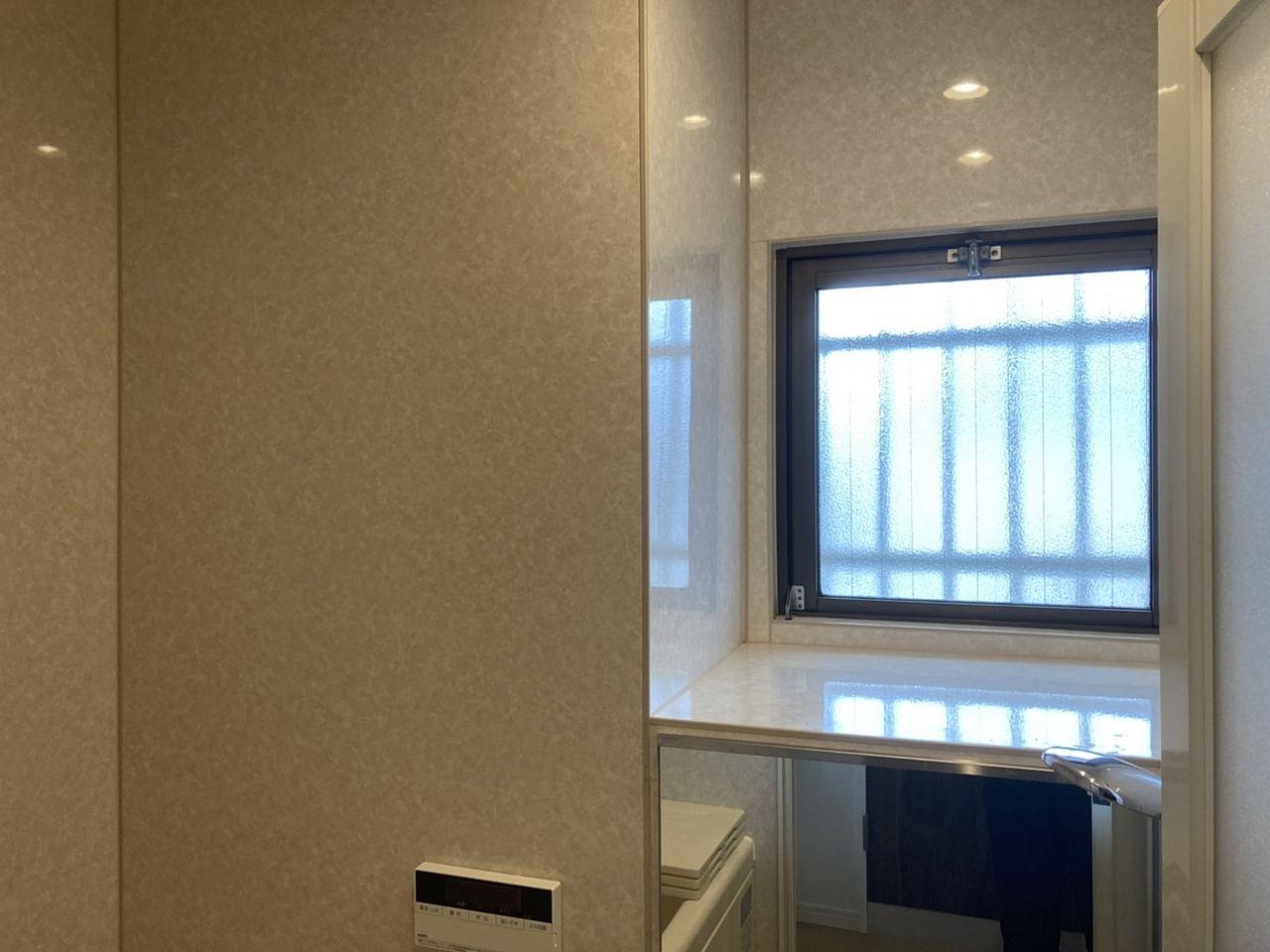 窓があるのはありがたいですね!棚の下(鏡の裏)はMBです。